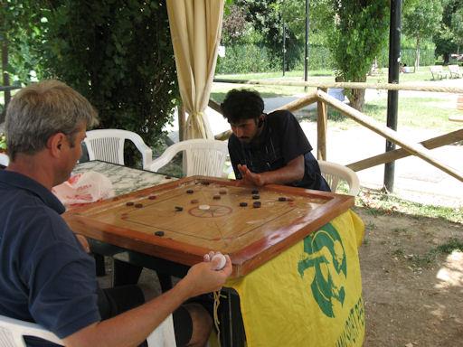 Imran e Ivan al tavolo di carrom board